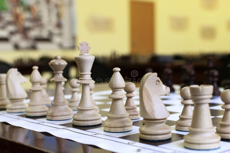 Drewniani szachowi kawałki na stole obraz stock