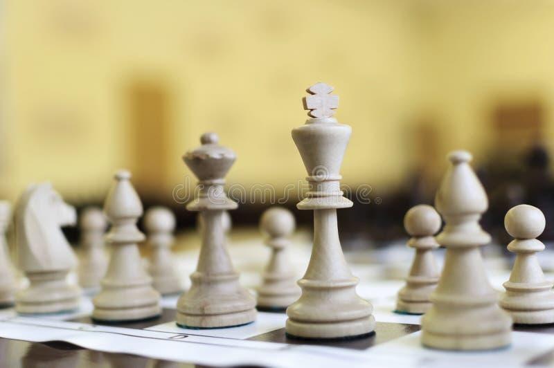 Drewniani szachowi kawałki na stole obrazy stock