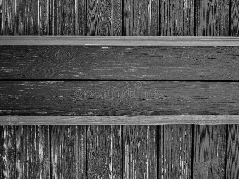 Drewniani talerze na starzejącej się podławej ścianie, czarny i biały obraz royalty free