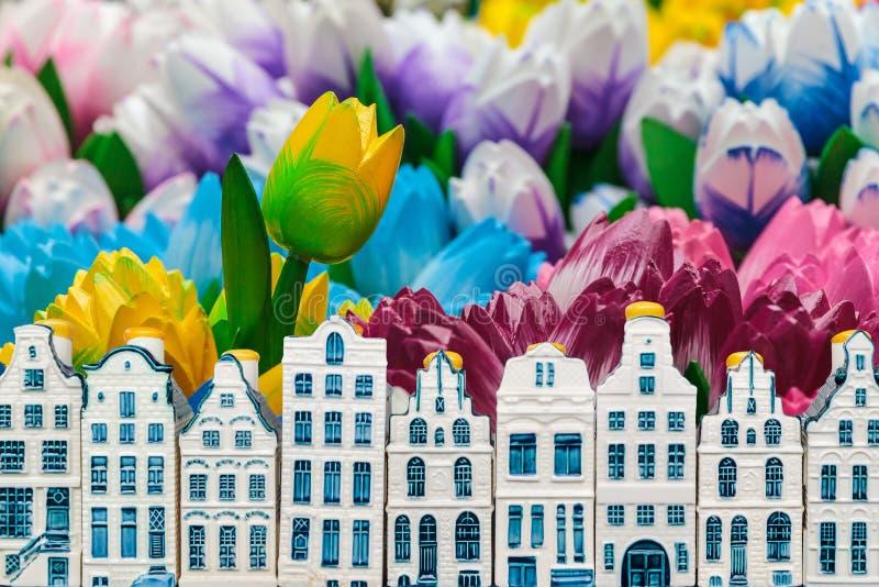 Drewniani tulipany z małymi pamiątkarskimi Amsterdam kanału domami fotografia stock
