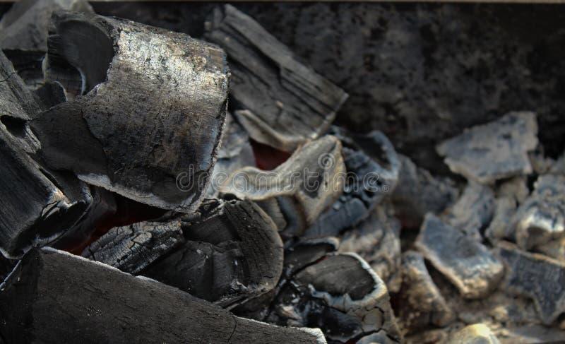 Drewniani węgle w grilla zakończeniu zdjęcia royalty free