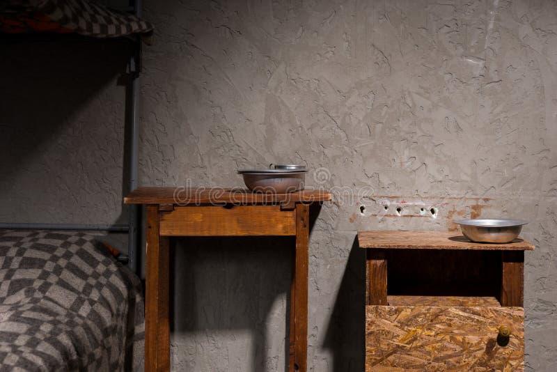 Drewniani wezgłowie stoły z aluminium rozdają blisko żelaznego koi łóżka wewnątrz fotografia stock