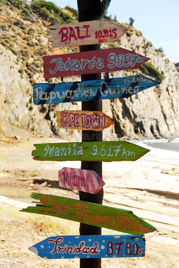 Drewniani znaki wskazuje przy różnymi kierunkami zdjęcia royalty free