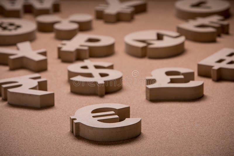 Drewniany Śpiewa lub symbole Światowe waluty w Grupowym obrazku obrazy stock