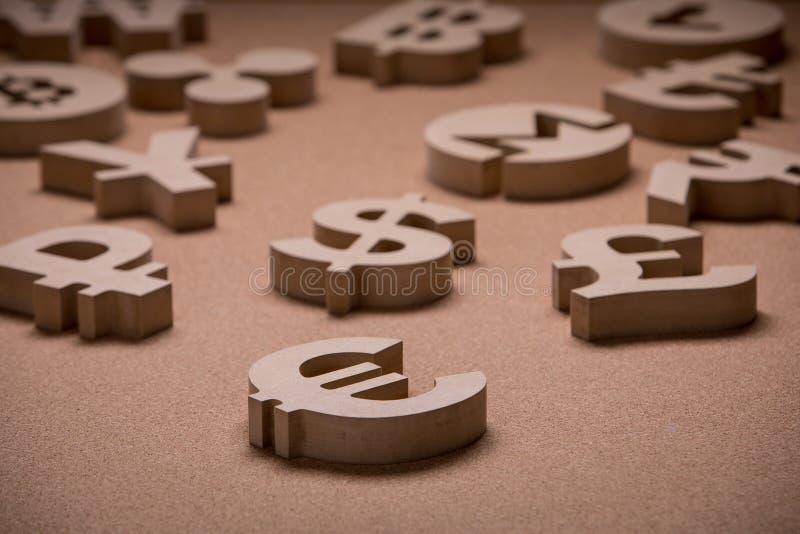 Drewniany Śpiewa lub symbole Światowe waluty w Grupowym obrazku obrazy royalty free