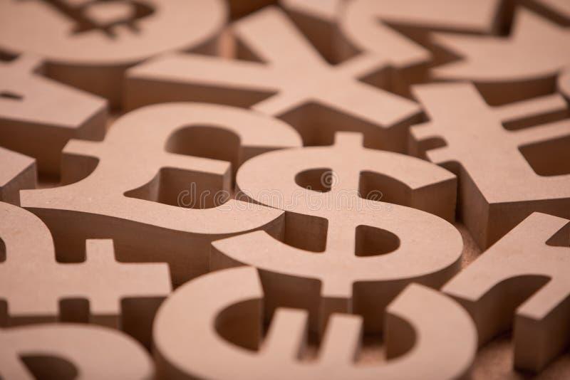 Drewniany Śpiewa lub symbole Światowe waluty w Grupowym obrazku zdjęcia stock