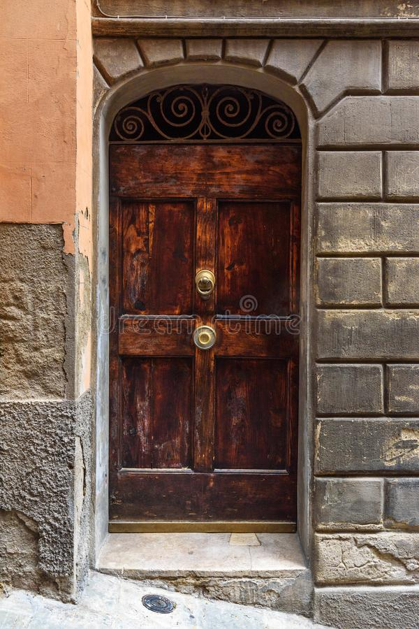 Drewniany łękowaty drzwi na średniowiecznym ceglanym domu w Siena Włochy obrazy royalty free