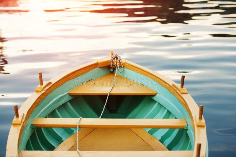 Drewniany łęku pokład Drewniana łódź Denny zmierzch, słońce łuna fotografia royalty free