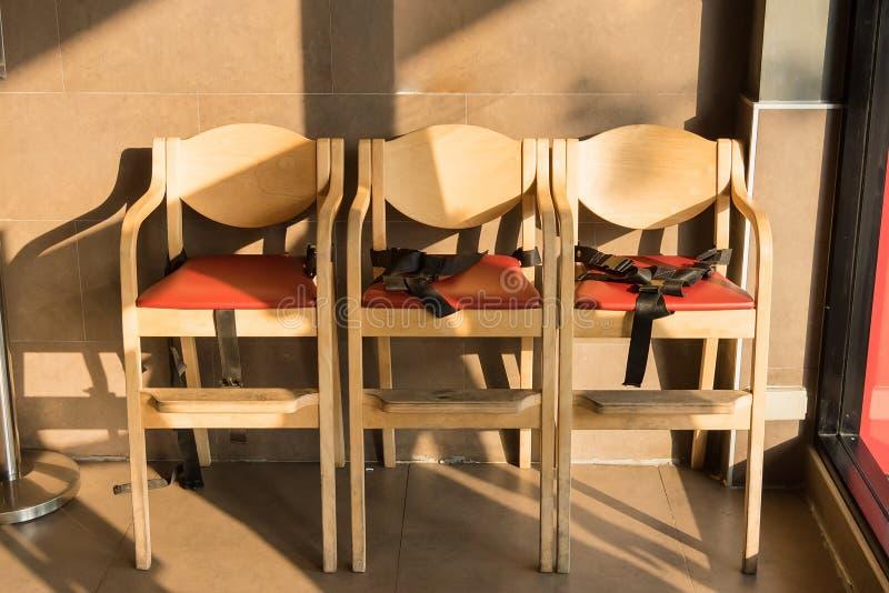 Drewniany łomotania krzesło dla dzieciaków z pasami bezpieczeństwa obraz royalty free