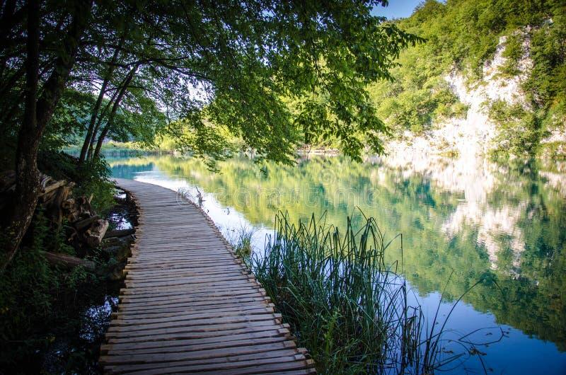 Drewniany ścieżki boardwalk most, parka narodowego Plitvice jeziora, Croa zdjęcia royalty free