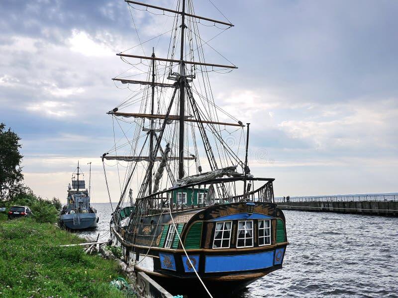 Drewniany żeglowanie statek jest na morzu Szczegóły w górę i pogodna pogoda obrazy stock
