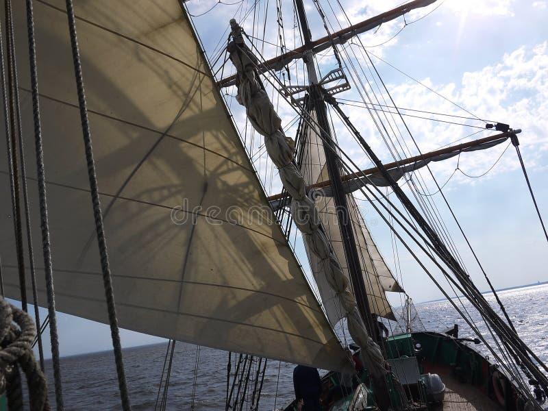 Drewniany żeglowanie statek jest na morzu Szczegóły w górę i pogodna pogoda zdjęcia stock