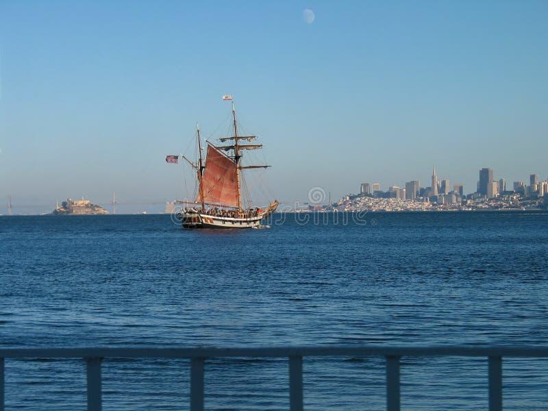 Drewniany żeglowanie statek z turystami na pokładzie pływać statkiem przez zatokę fotografia stock