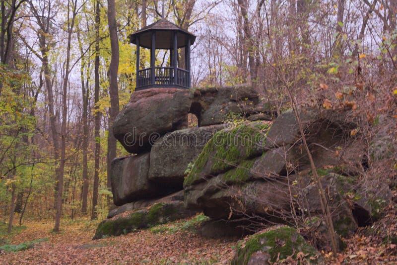 Drewniany alkierz na górze falezy zdjęcia royalty free