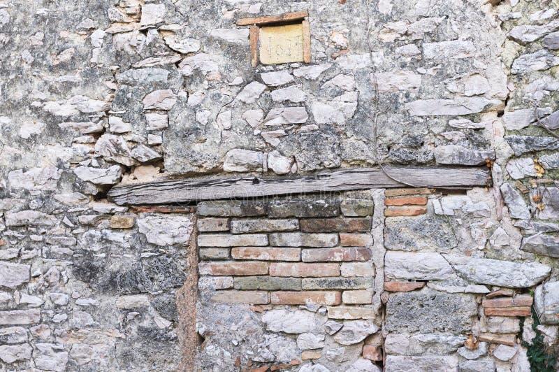Drewniany architraw izolujący ceglany drzwi fotografia stock