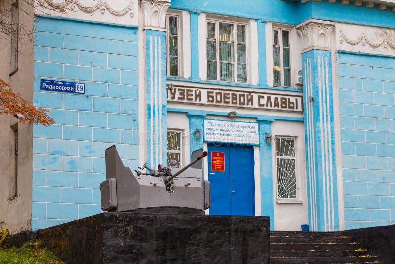 Drewniany, błękitny budynek muzeum sława w petropavlovsk, półwysep kamczatka, Rosja fotografia stock