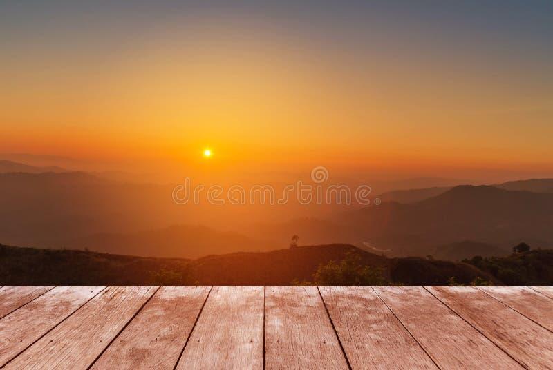 Drewniany balkonu taras na punktu widzenia tropikalnego lasu deszczowego warstwy wysokiej tropikalnej górze z białą mgłą w wczesn zdjęcie royalty free