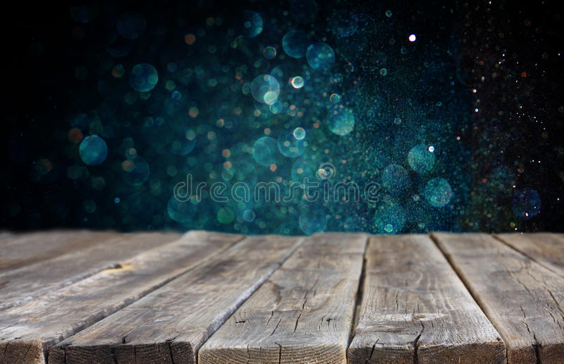 Drewniany baord i zmrok - błękitni bokeh światła w tle