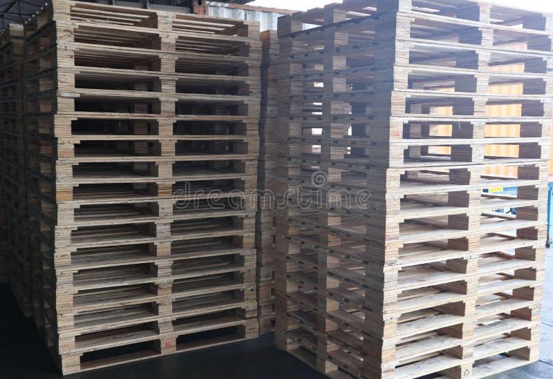 Drewniany barłogu rozsypisko w ładunku magazynie dla, forklift i obrazy stock