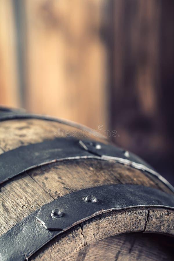 Drewniany barel baryłki drewniany stary Barel na piwnym winogradu whisky brandy rumu lub koniaku fotografia royalty free