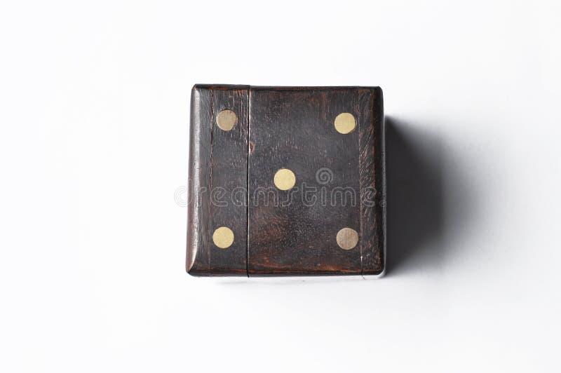 Drewniany biżuterii pudełko z liczbami odizolowywać na białym tle fotografia stock