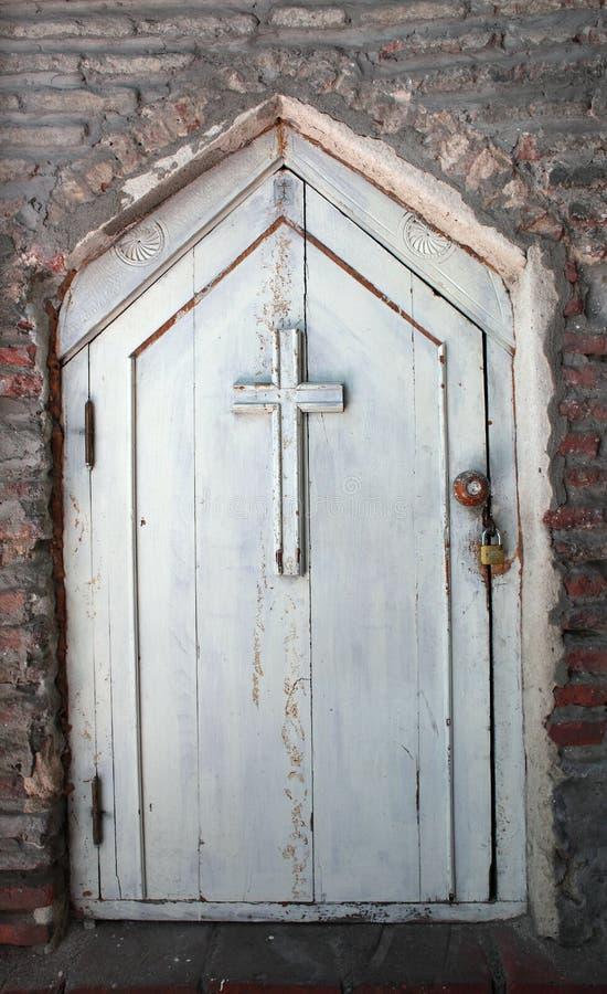 Drewniany biały dzwi wejściowy z krzyżem obraz royalty free