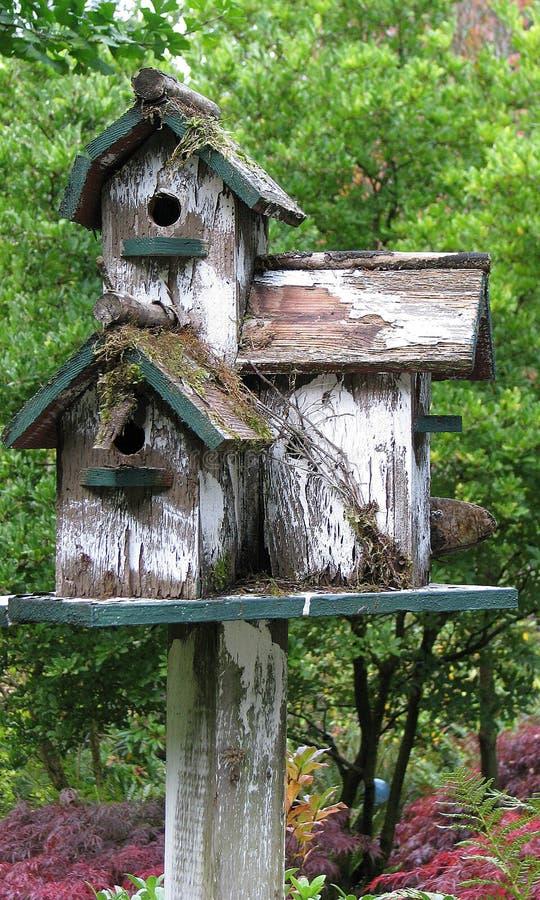 Drewniany Birdhouse w ogródzie, mech, wieśniak, Stary, Ogrodowy położenie, fotografia royalty free