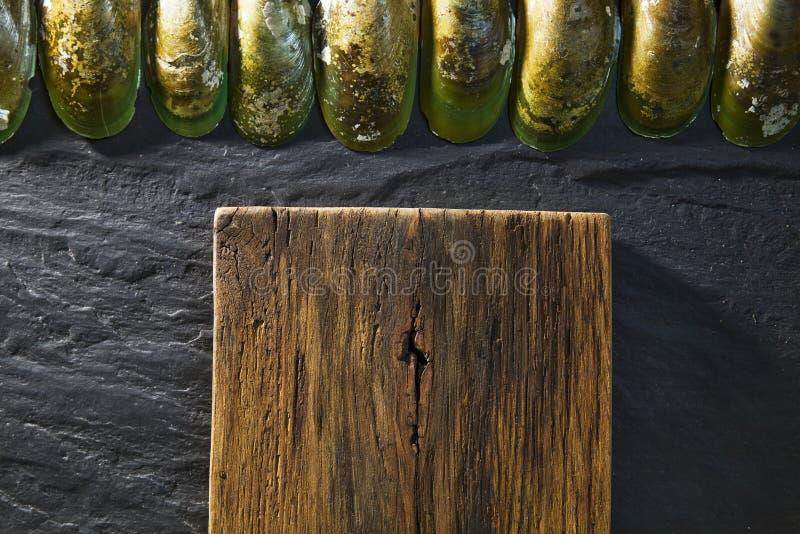 Drewniany biurko i czerń stół z skorupami w kuchni zdjęcia stock