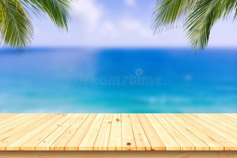 Drewniany biurko lub deska na piasek plaży w lecie Tło obraz royalty free