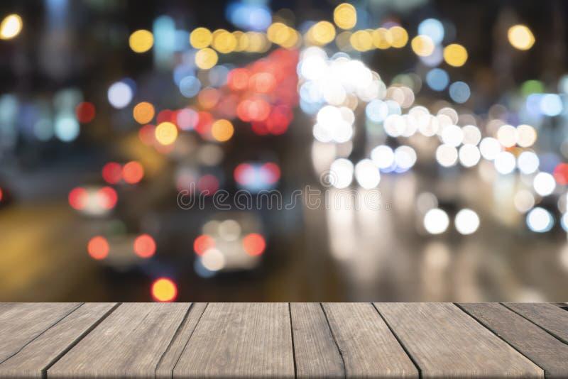 Drewniany biurko w przodzie zamazywał światła ruchu tło, używać dla prezentacja produktu obraz stock