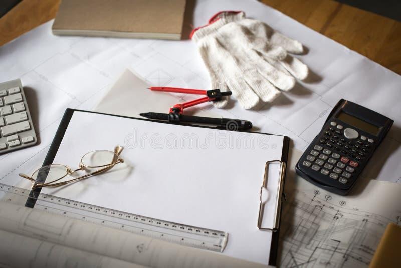 drewniany biurko z otwartym notatnikiem, projekt staczający się, przysiółek, calcul fotografia royalty free