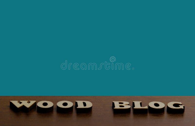 DREWNIANY blog Inskrypcja robić drewniani listy przeciw teksturze ciemnego brązu drewno Błękitny tło dla kopii przestrzeni zdjęcia royalty free