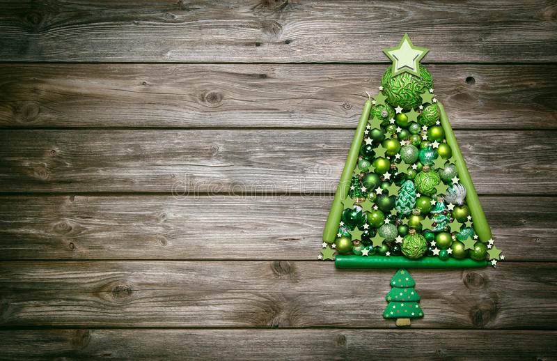 Drewniany bożego narodzenia tło dekorował z drzewem zielone piłki zdjęcia royalty free