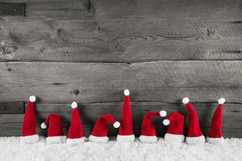 Drewniany bożego narodzenia tło z czerwonymi Santa kapeluszami dla świątecznego fr obrazy stock