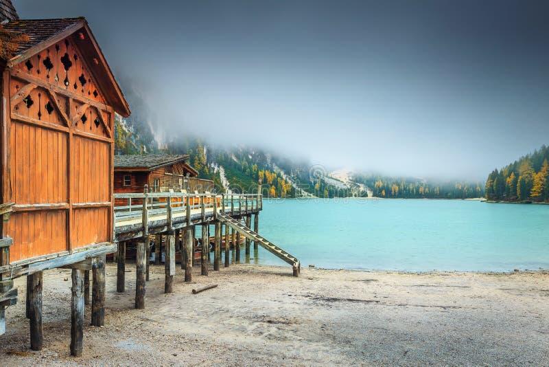 Drewniany boathouse i mglisty jesień krajobraz, dolomity, Włochy, Europa obrazy royalty free