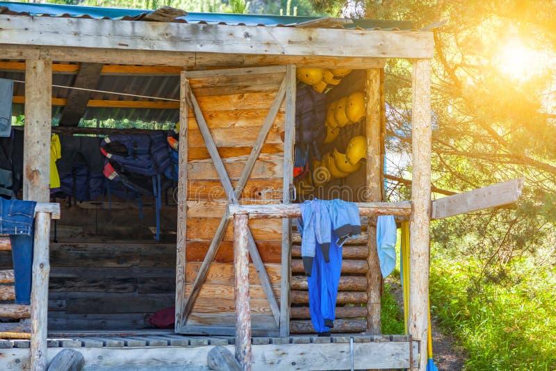 Drewniany bungalow na banku rzeka suszącymi atletami w którym są po dobra na wodzie rzeczy obraz stock