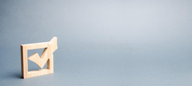Drewniany checkmark dla g?osowa? na wyborach na szarym tle Prezydentura lub wyb?r parlamentarny, referendum ankieta fotografia stock
