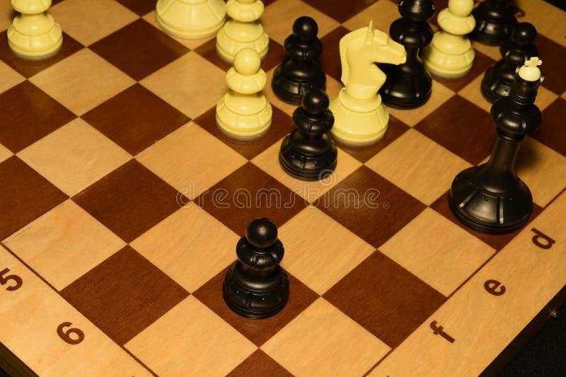 Drewniany chessboard i białe bierki dla sporta tła fotografia royalty free
