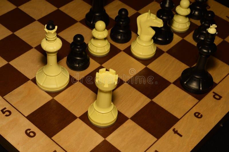 Drewniany chessboard i białe bierki jako sporta tło obraz royalty free