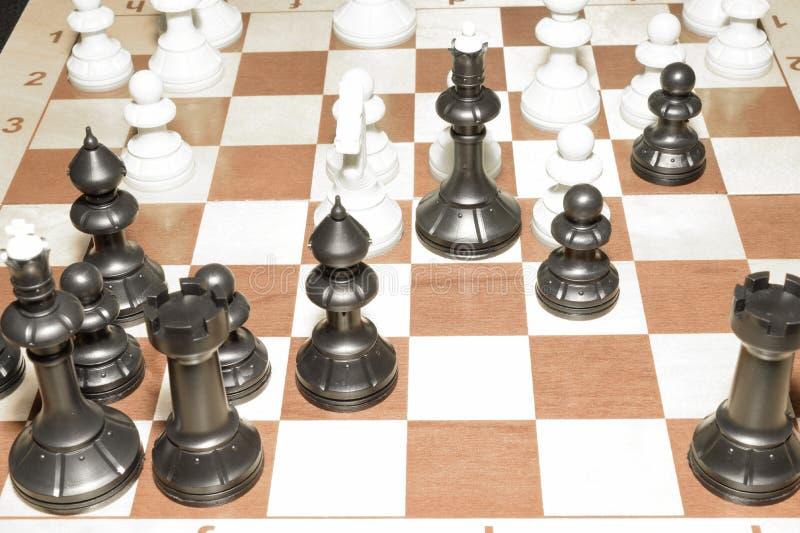 Drewniany chessboard i bia?e bierki jako umiej?tno?ci poj?cie obrazy stock