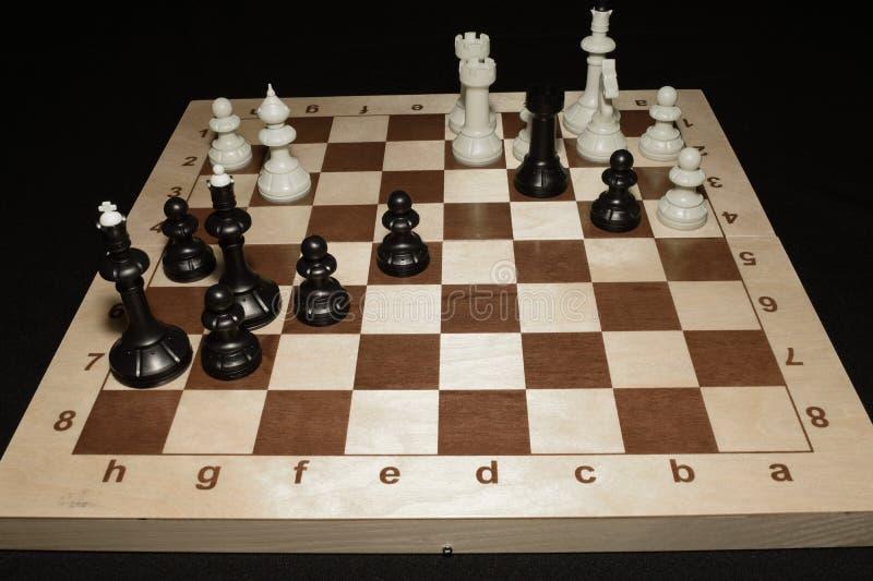 Drewniany chessboard i białe bierki lubimy czasu wolnego temat zdjęcia royalty free