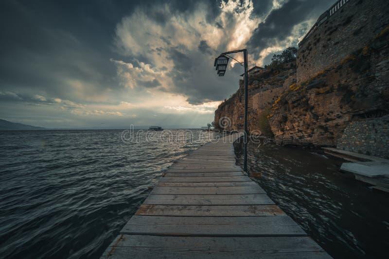 Drewniany chodzący molo nad Jeziornym Ohrid zdjęcia royalty free