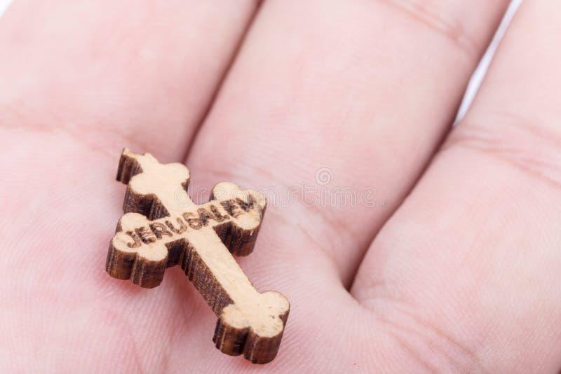 Drewniany chrześcijanina krzyż błogosławiący w Jerozolima w ręce obraz royalty free