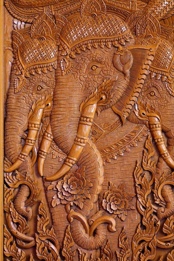 Drewniany cyzelowanie wzór na drzwi Tajlandzka świątynia obrazy stock