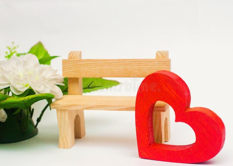 Drewniany czerwony serce i ławka na białym tle Walentynki ` s Da fotografia royalty free