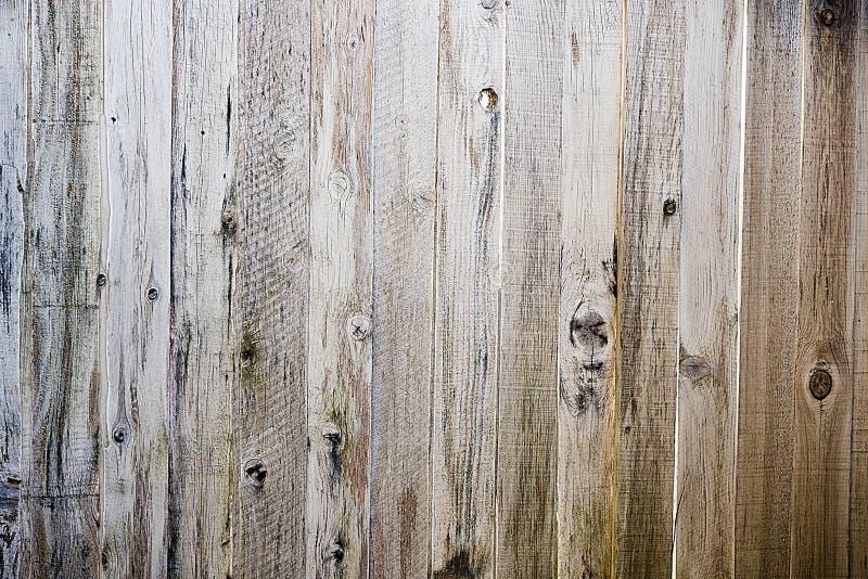 Drewniany deski ogrodzenie z kępkami i starzejącym się drewnem zdjęcia royalty free