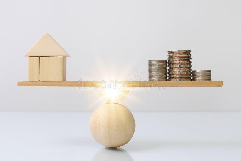 Drewniany deski równoważenie drewno dom i moneta pieniądze porównanie dochód kontrolujemy koszt z lekkiego skutka grafiką Majątko ilustracja wektor