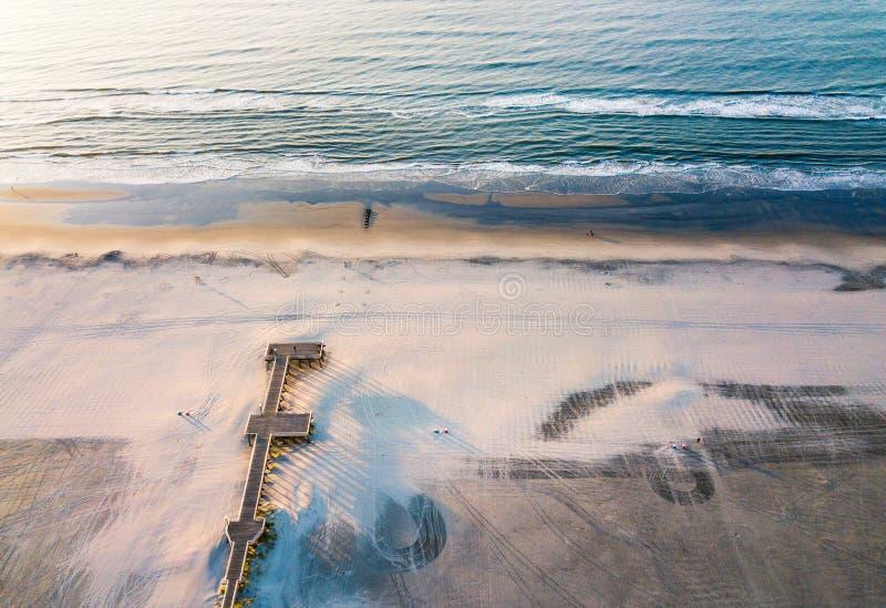 Drewniany dok na pustym plażowym widok z lotu ptaka zdjęcie stock