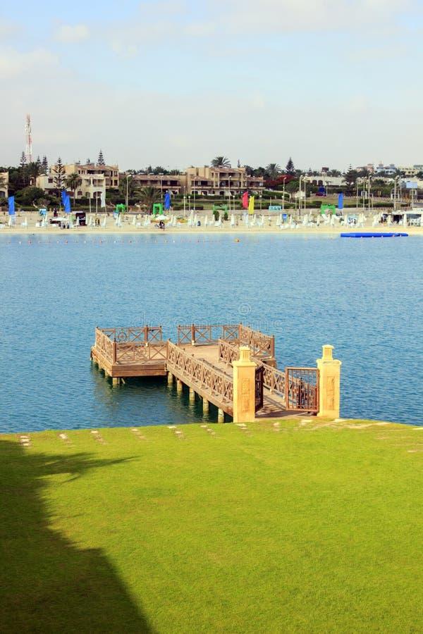 Drewniany dok przed jezioro plażą zdjęcie royalty free