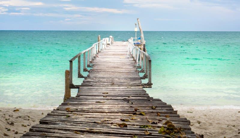 Drewniany dok w Tajlandia nadmorski tropikalnym raju zdjęcia royalty free